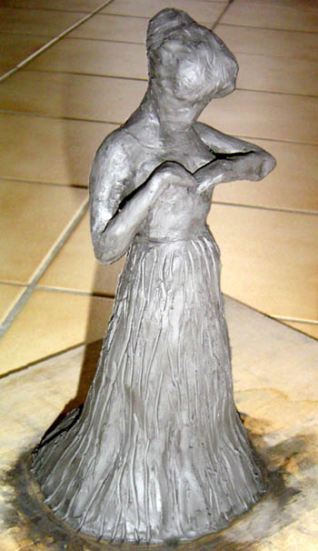 demoiselle ajustant une broche sur son corsage en argile